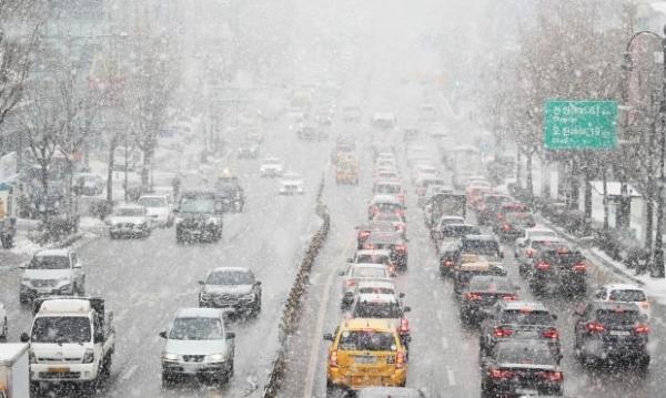▲많은 눈이 내린 12일 오후 경기도 수원시 팔달구 경수대로에서 차량이 서행하고 있다. (연합뉴스)