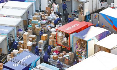 ▲19일 오전 서울의 한 택배 물류센터에서 노동자들이 물품을 옮기고 있다.  (연합뉴스)