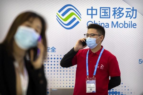 ▲지난해 10월 14일 중국 베이징에 위치한 차이나모바일 매장에서 직원과 고객이 통화를 하고 있다. 중국 상무부는 자국 이동통신사의 뉴욕증시 퇴출에 대해 미국 정부에 보복을 천명했다. 베이징/AP뉴시스