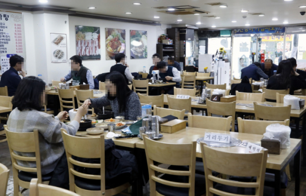 ▲지난달 24일 서울의 한 식당에서 시민들이 점심 식사를 하고 있다.  (뉴시스)