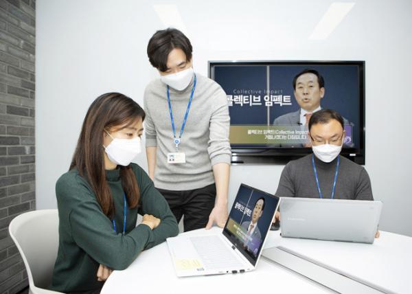 ▲코오롱그룹 임직원들이 2021년 새해를 맞아 4일 오전 처음으로 진행된 온라인 시무식을 노트북과 사내 방송을 통해 시청하고 있다.  (사진제공=코오롱)
