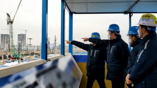 ▲이재용 부회장이 평택 3공장 건설현장을 점검하는 모습 (사진제공=삼성전자)