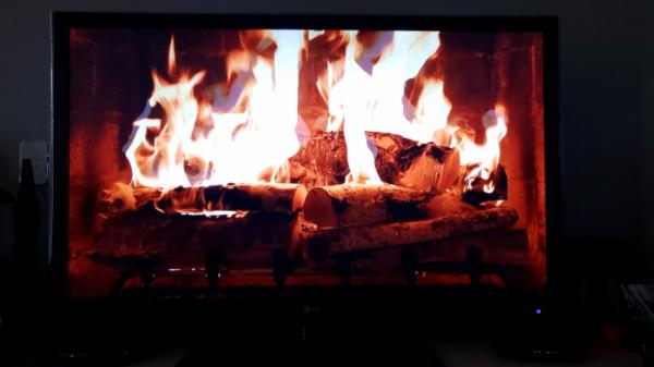 ▲벽난로 영상을 TV 화면에서 재생하면 실제로 불을 피운 듯한 따뜻한 느낌이 난다. (안유리 기자 inglass@)