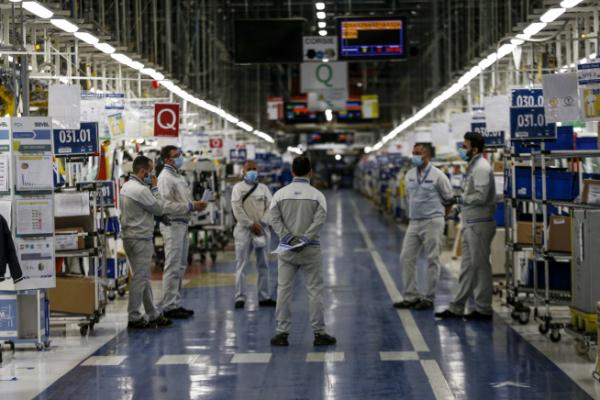 ▲이탈리아 중부 아테사에 있는 피아트크라이슬러오토모빌(FCA) 공장에서 지난해 4월 27일(현지시간) 근로자들이 작업 지시를 받고 있다. 아테사/AP뉴시스