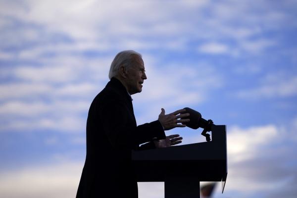 ▲조 바이든 미국 대통령 당선인이 4일(현지시간) 애틀랜타에서 조지아주 상원의원 결선투표에 나선 민주당 후보들을 지원하는 유세를 하고 있다. 이란의 잇따른 도발에 취임 후 2015년 핵합의 복귀를 염두에 뒀던 바이든 계획이 차질을 빚게 됐다. 애틀랜타/AP뉴시스