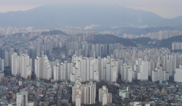 ▲정부가 전세난 해소를 위해 지난해 11월 19일 '서민·중산층 주거안정 지원 방안'을 발표했다. 정부는 오는 2022년까지 전국에 공공임대주택 11만4100가구를 공급할 예정이다. 이날 서울 영등포구 63스퀘어에서 바라본 서울 아파트 단지가 궂은 날씨에 흐릿하게 보인다. 고이란 기자 photoeran@   (이투데이DB)