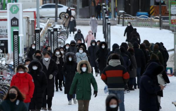 ▲밤사이에 많은 눈이 내리고 전국 대부분 지역에 한파특보가 내려진 이달 7일 오전 서울 구로구 신도림역에서 시민들이 출근길을 재촉하고 있다. (뉴시스)