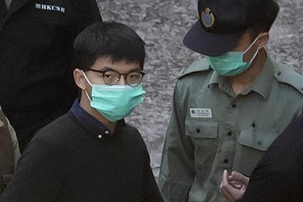 ▲홍콩 민주화 운동가 조슈아 웡이 지난달 2일 홍콩 법원에서 나와 후송차량에 탑승하고 있다. 홍콩/AP뉴시스