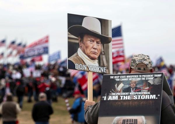 ▲미국 의회의사당에서 6일(현지시간) 도널드 트럼프 대통령 지지자들이 시위를 벌이는 중 한 사람이 트럼프를 존 웨인에 빗댄 팻말을 들고 서 있다. 워싱턴D.C./로이터연합뉴스