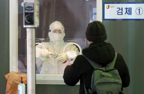 ▲서울역 임시선별검사소에서 의료진이 검사 업무를 하고 있다. 뉴시스