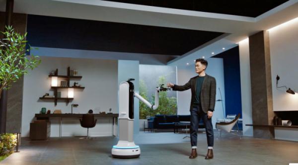 ▲삼성전자 승현준 사장이 CES 2021 삼성 프레스컨퍼런스에서 '삼성봇 핸디'와 물컵을 주고 받는 시연을 하고 있다. (사진제공=삼성전자)