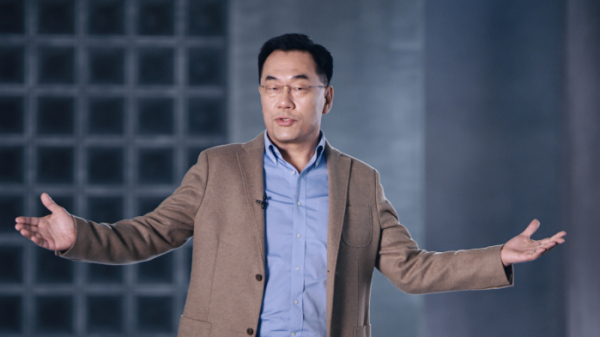 ▲삼성전자 강인엽 사장(시스템LSI 사업부장)이 '엑시노스 2100'을 소개하고 있다. 이날 강 사장은 AMD와 협력 차세대 GPU 협력을 강화하고 있다고 밝혔다. (사진제공=삼성전자)