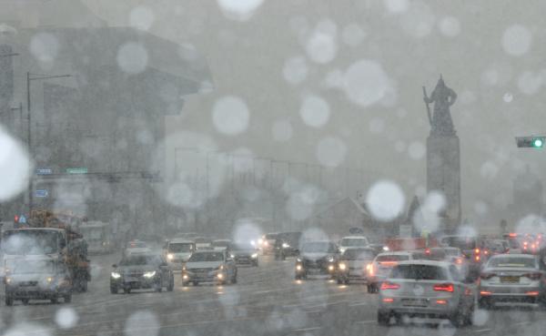 ▲서울 지역에 눈이 내리기 시작한 12일 오후 서울 종로구 세종대로 일대에서 차량들이 눈길을 주행하고 있다.  (연합뉴스)