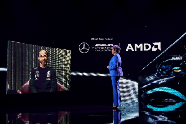▲ 리사 수 AMD CEO가 CES2021 기조연설에서 메르세데스 AMG 페트로나스 포뮬라1 드라이버 루이스 해밀턴 경과 대화하고 있다. (사진제공=AMD)