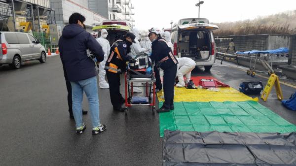 ▲13일 오후 경기 파주시 엘지디스플레이 공장에서 화학물질 유출 사고가 발생해 119 대원들이 구조 작업을 하고 있다. 연합뉴스