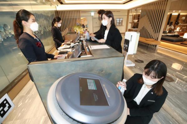 ▲대구 메리어트 호텔&레지던스에서 직원들이 KT AI 호텔로봇을 사용하고 있다. (사진제공=KT)