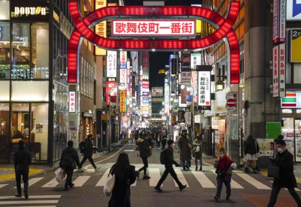 ▲일본 도쿄 신주쿠의 가부키초에서 13일(현지시간) 시민들이 마스크를 쓴 채 걸어가고 있다. 일본에서 새로운 신종 코로나바이러스 감염증(코로나19) 변이 바이러스가 발견됐다. 도쿄/EPA연합뉴스