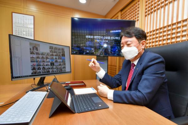 ▲권준학 농협은행장이 화상회의를 진행하고 있다. (사진제공=농협은행)