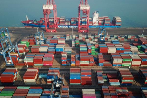 ▲14일 중국 동부 장쑤성 롄윈강시 항구에 컨테이너가 쌓여 있다. 롄윈강/AFP연합뉴스