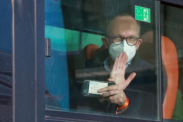 ▲코로나19 조사를 위해 파견된 WHO 조사단원 중 한 명이 중국 우한에 도착한 후 버스에서 손을 흔들고 있다. 우한/로이터연합뉴스