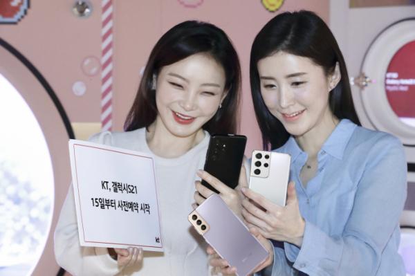▲KT 모델이 갤럭시S21 출시를 홍보하고 있다. (사진제공=KT)