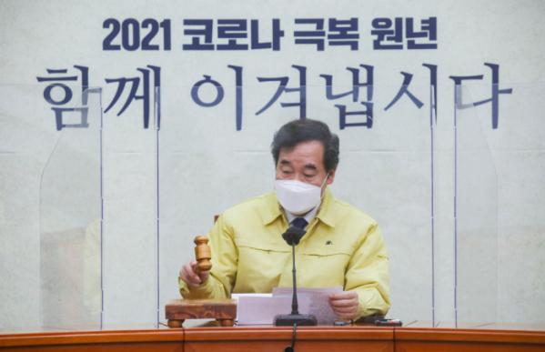 ▲이낙연 더불어민주당 대표가 15일 국회에서 열린 최고위원회의에서 속개를 선언하고 있다. (연합뉴스)