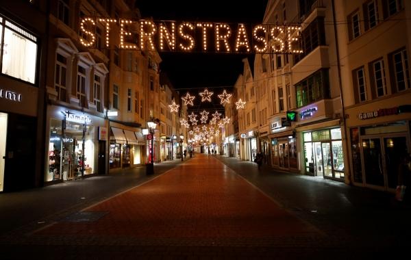 ▲독일 서부 본의 '별의 거리'라 불리는 쇼핑거리 슈테른스트라세가 신종 코로나바이러스 감염증(코로나19) 확산 방지를 위한 봉쇄 강화 조치로 인적이 끊긴 채 텅 비어 있다.  본/로이터연합뉴스