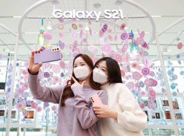 ▲서울 강남구 삼성 디지털프라자 삼성대치점에서 소비자들이 '갤럭시 S21'로 셀피를 촬영하고 있다.  '갤럭시 To Go 서비스'에 참여하는 모든 소비자들은 '갤럭시 S21' 카메라로 일상의 소중한 순간을 담아 '갤럭시 S21 모먼트 사진 콘테스트'에 응모할 수 있다. (사진제공=삼성전자)
