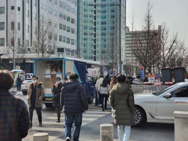 ▲13일 점심식사를 마친 직장인들이 서울 여의도 증권가를 걷고 있다.  (유혜림 기자 @wiseforest)