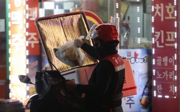 ▲지난해 8월 30일 서울 송파구의 한 음식점 앞에서 배달대행업체 직원이 포장 음식을 나르고 있다. (뉴시스)