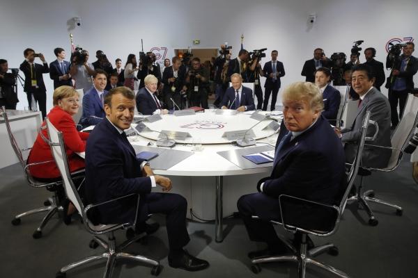 ▲2019년 8월 프랑스 비아리츠에서 개최된 G7 정상회의에서 회원국 정상들이 원탁에 둘려모여 있는 모습.  (AP/뉴시스)