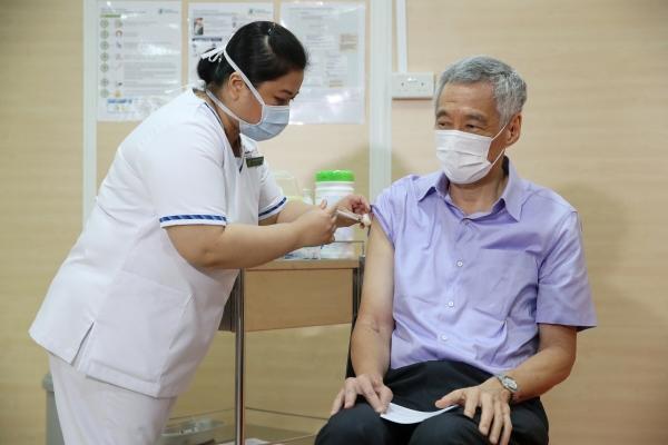 ▲리셴룽 싱가포르 총리가 8일(현지시간) 싱가포르 종합병원에서 코로나19 백신을 접종하고 있다. 싱가포르/AP연합뉴스