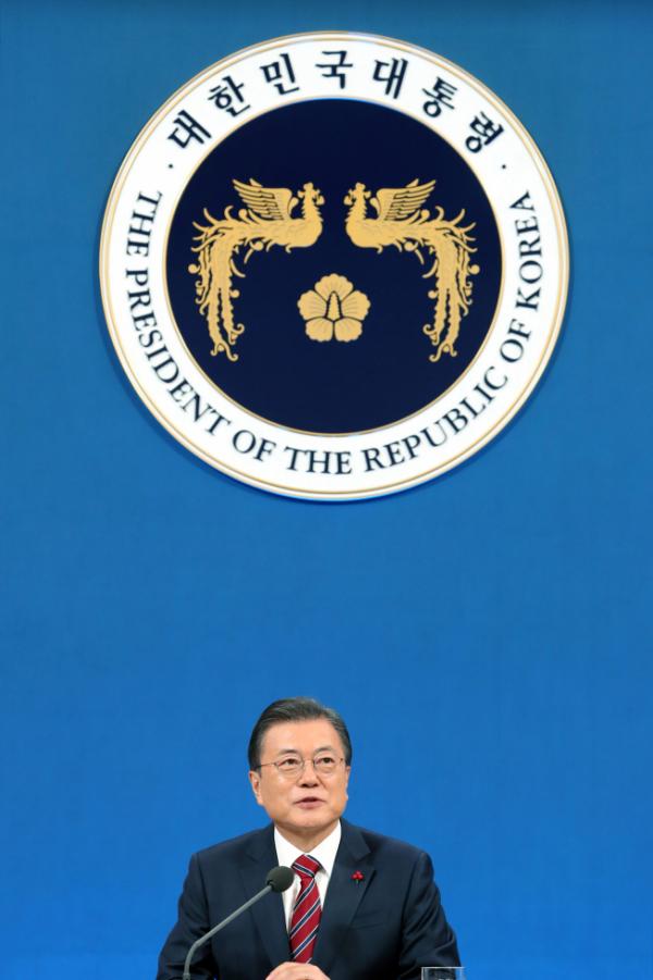 ▲문재인 대통령이 18일 청와대 춘추관에서 열린 신년 기자회견에서 기자의 질문에 답하고 있다. (연합뉴스)