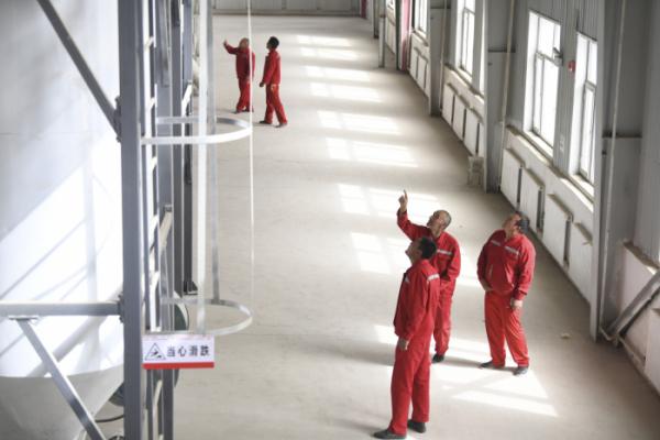 ▲중국 신장위구르자치구 허톈의 한 공장에서 직원들이 장비를 점검하고 있다. 허톈/신화뉴시스