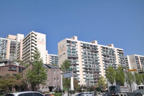 ▲올해 들어 재건축 사업을 다시 추진하는 서울 은평구 불광동 미성아파트 단지 전경. (출처=네이버부동산)