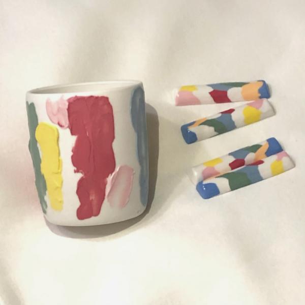 """▲지우 씨가 온라인에서 구매한 '다송'의 수공예 컵과 수저받침 세트. 그는 """"작품을 구매할 때 예술성이나 시각적인 측면과 함께 실용성을 함께 고려한다""""고 말했다. (사진제공=천지우)"""
