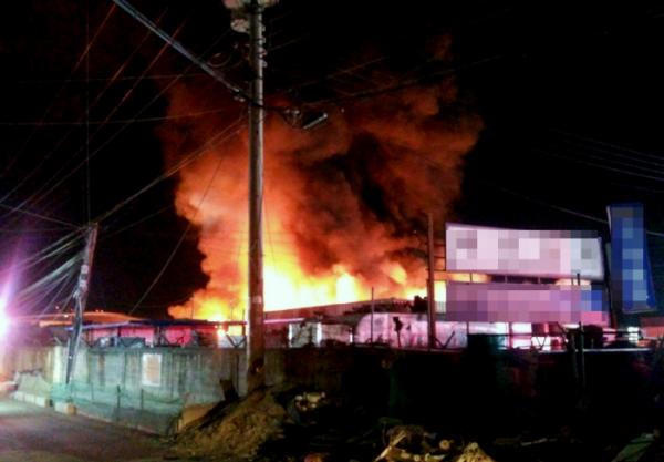 ▲19일 새벽 인천 중고차수출단지서 화재가 발생했다. (사진제공=인천소방본부)