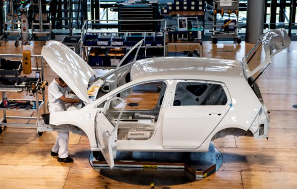 ▲독일 드레스덴의 폭스바겐 공장에서 지난해 9월 23일 한 노동자가 e-골프를 생산하고 있다. 드레스덴/EPA연합뉴스