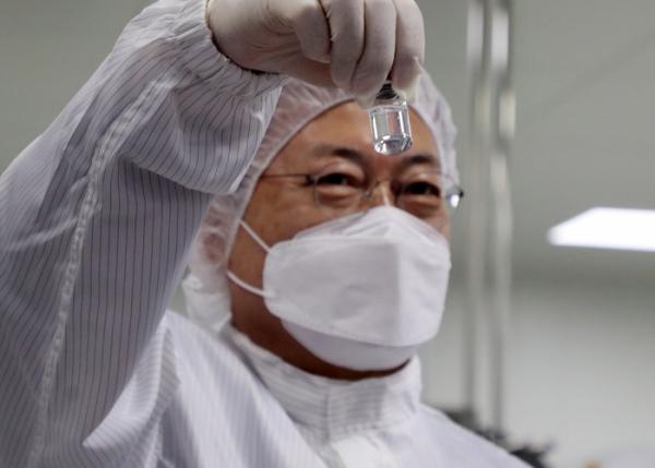 ▲문재인 대통령이 20일 오전 경북 안동시 SK바이오사이언스 공장을 방문해 생산된 코로나19 백신을 살펴보고 있다. (연합뉴스)