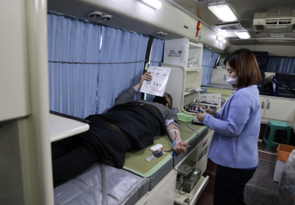 ▲20일 진행된 헌혈행사에 사학연금 직원이 참여하고 있다.  (사진제공=사학연금)