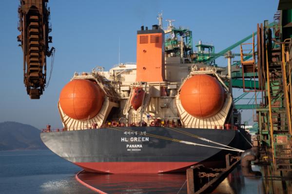 ▲포스코 원료 수송을 전담하는 세계 최초 친환경 LNG 추진 벌크 외항선 그린호가 광양 원료부두에서 철광석을 하역하고 있다. (사진제공=포스코)