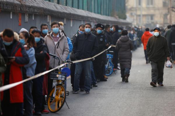 ▲중국 수도 베이징에서 신종 코로나바이러스 감염증(코로나19) 확산세가 이어지는 가운데 22일 시민들이 핵산검사를 받기 위해 줄지어 서 있다. 최근 코로나19 환자가 잇따르는 베이징 다싱(大興)구에서는 전날에도 지역사회 감염 신규 확진자 3명이 나왔다. (출처=연합뉴스)