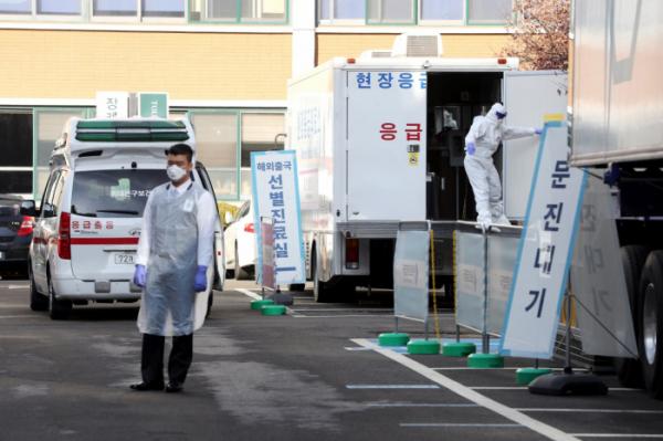 ▲23일 서울 중구 국립중앙의료원에 마련된 신종 코로나바이러스 감염증(코로나19) 선별 진료소에서 의료진들이 업무를 보고 있다.  (뉴시스)