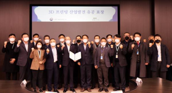 ▲김지찬(앞줄 왼족 네 번째) 대표이사를 비롯한 LIG넥스원 관계자들이 22일 LIG넥스원 판교R&D센터에서 '과학기술정보통신부 장관표창(단체상)'을 수상한 뒤 기념사진을 촬영하고 있다.  (사진제공=LIG넥스원)