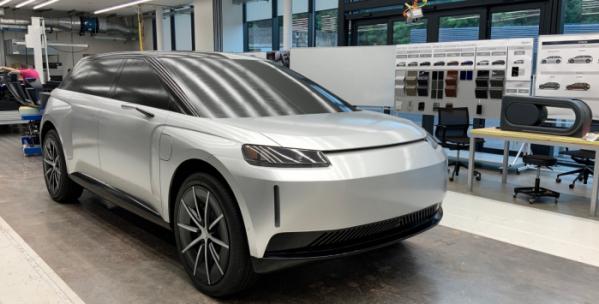 ▲가전기업 다이슨은 전기차 사업 진출을 공언한지 약 2년 만에 사업 포기를 선언했다. 전기차를 만들 기술과 능력, 나아가 3조 원에 달하는 자본은 존재하되 이를 만들 수 있는 공장과 판매망 구축이 쉽지 않았기 때문이다. 사진은 다이슨이 개발한 7인승 SUV의 개발차 모습.  (출처=다이슨)
