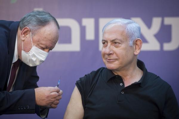 ▲베냐민 네타냐후(오른쪽) 이스라엘 총리가 9일(현지시간) 라마트간에 있는 셰바 메디컬센터(SMC)에서 신종 코로나바이러스 감염증(코로나19) 백신을 접종하고 있다. 라마트칸/신화뉴시스