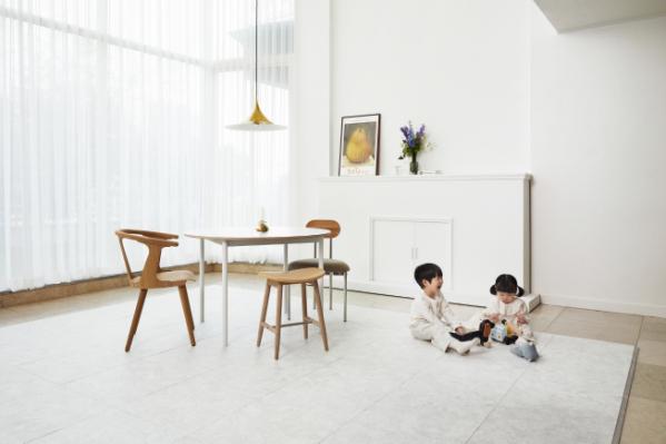 ▲ 'LG Z:IN 안심매트 (마블 패턴 오프 화이트)' 제품이 시공된 거실 공간 모습.  (사진제공=LG하우시스)