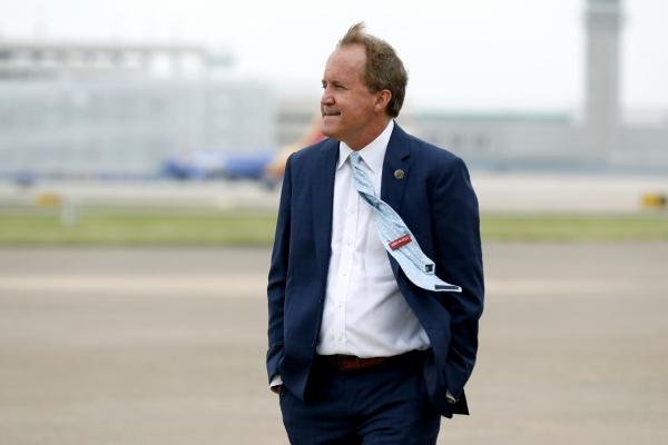 ▲지난해 6월 8일(현지시간) 켄 팩스턴 텍사스주 법무부 장관이 댈러스 공항에서 마이크 펜스 당시 부통령의 도착을 기다리고 있다. 댈러스/AP뉴시스