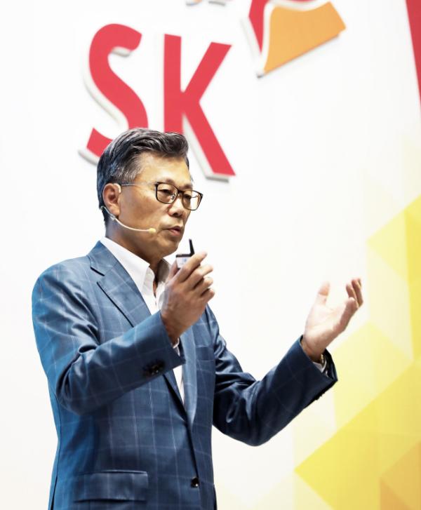 ▲작년 10월 제주 디아넥스 호텔에서 열린 CEO세미나에서 조대식 SK수펙스추구협의회 의장이 연설하고 있다.  (사진제공=SK)