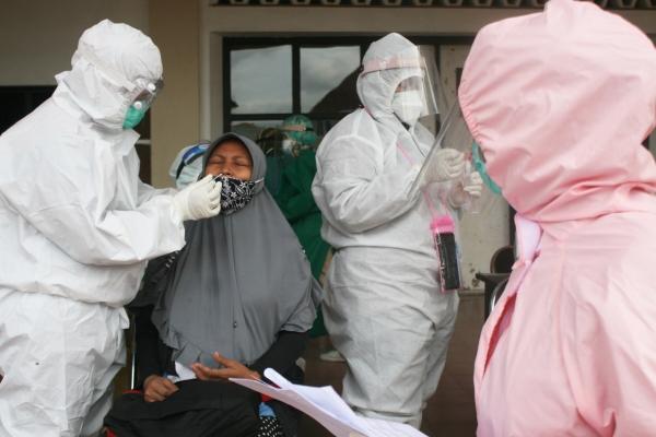▲지난해 12월 8일 인도네시아 수라바야의 한 병원에서 임산부가 코로나19 진단검사를 받고 있다. 수라바야/신화뉴시스